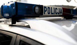 Atak na policjantów. Nożownik wypadł z okna i zranił funkcjonariuszy