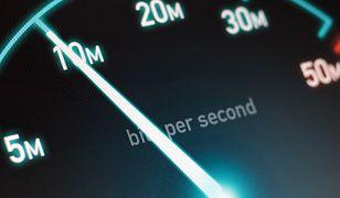 Prędkość połączenia z internetem, jaką zapewniają dostawcy usług zwiększa się z każdym rokiem. Aby podnieść jakość usług, w dużych miastach Urząd Komunikacji Elektronicznej przeprowadzi niebawem niezależny test prędkości internetu. Nadal jednak pozostają w Polsce miejscowości, gdzie dostęp do sieci możliwy jest jedynie za pośrednictwem operatorów komórkowych albo lokalnego usługodawcy, który nie posiada łącza pozwalających na osiąganie transferów rzędu kilkudziesięciu MB/s.  W takim wypadku nie ma co rozpaczać - lepiej wziąć sprawy we własne ręce. Kilka prostych modyfikacji, które każdy może samodzielnie wprowadzić, pozwoli podnieść jakość naszego połączenia z globalną siecią. Zebraliśmy kilka porad, które pomogą zwiększyć prędkość połączenia internetowego.  GB/SW/GB