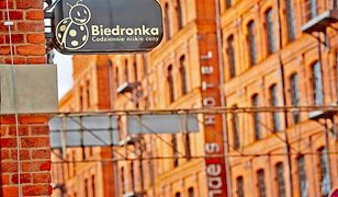 Zamiast żółtej fasady, klasyczna cegła i stonowane szyldy. To nowa Biedronka w Łodzi