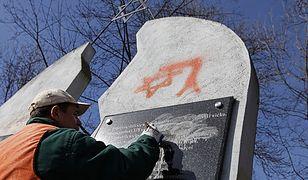 Usuwanie antyżydowskich haseł i faszystowskich symboli z ogrodzenia, pomnika i nagrobków