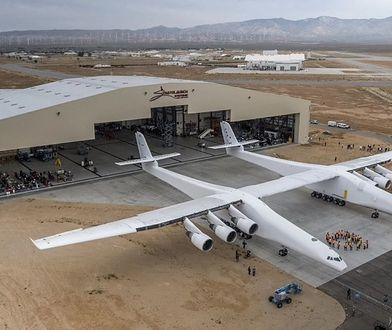 Gigantyczny samolot Stratolaunch po raz pierwszy opuścił hangar
