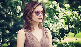 Do plisowanej sukienki na lato z łątwością dobierzemy modne okulary przeciwsłoneczne