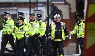 Rano śledczy aresztowali 18-letniego mężczyznę. Teraz policja przeszukuje dom w miasteczku oddalonym o 23 km od centrum Londynu
