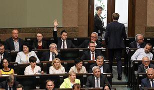 Łukasz Rzepecki z PiS głosuje przeciw podwyżce cen paliw. W sprawie Sądu Najwyższego wyciągnął kartę do głosowania.