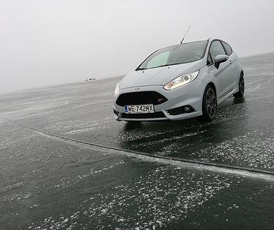 Samochodem po zamarzniętym jeziorze. Czy to może być bezpieczne?