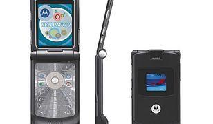 Data wejścia na rynek: 2004 Sprzedanych sztuk: 130 mln  Ten telefon zyskał popularność przede wszystkim dzięki swojemu oryginalnemu wyglądowi. Gdy debiutował w drugiej połowie 2004 roku, był najcieńszym telefonem z klapką na rynku. Do tego posiadał podświetlaną klawiaturę i port mini USB. Czego więcej potrzeba by stworzyć hit?