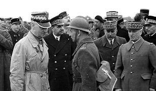 Na pierwszym planie od lewej: gen. Władysław Sikorski, płk. Bronisław Duch. Na drugim planie od prawej: gen. E. Requin, NN, gen. V. Denain. Widoczny także m.in. płk. F. Arciszewski. Obchody święta 3 Maja we Francji, 1940 r.