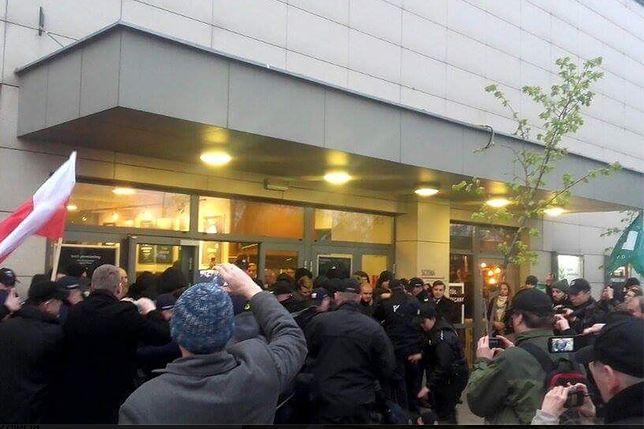 Przepychanki przy Teatrze Powszechnym. Narodowcy wrzucili do środka race i blokowali wejście
