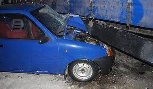 19-latek kierujący osobówką wpadł pod tira
