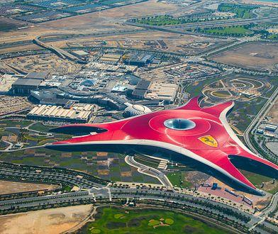 Ferrari World robi wrażenie z ziemi i z powietrza