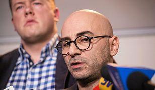 Radomir Szumelda podczas konferencji prasowej ws. wycieku faktur Mateusza Kijowskiego