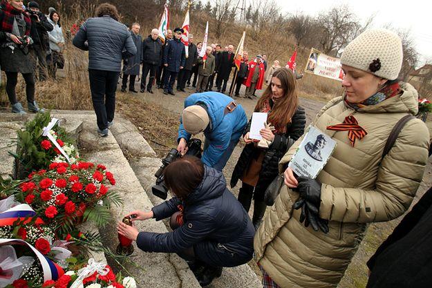 Uroczystości pod pomnikiem Iwana Czerniachowskiego w Pieniężnie.