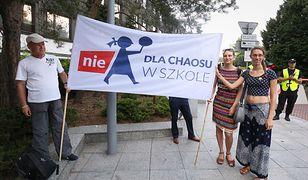 Transparent z czerwcowego protestu przeciwko zmianom w szkolnictwie, proponowanym przez rząd.