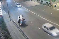 #dziejesiewmoto [462]: przewrotka na drodze, teslą u Mercedesa i odśnieżanie trasy trolli