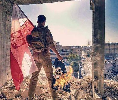 Archer stojący w zawalonym budynku w nieformalnej stolicy dżihadystów.