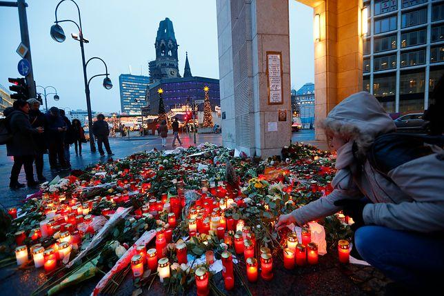 Miejsce uczczenia pamięci ofiar zamachu w Berlinie, zlokalizowane niedaleko miejsca, w którym odbywał się jarmark
