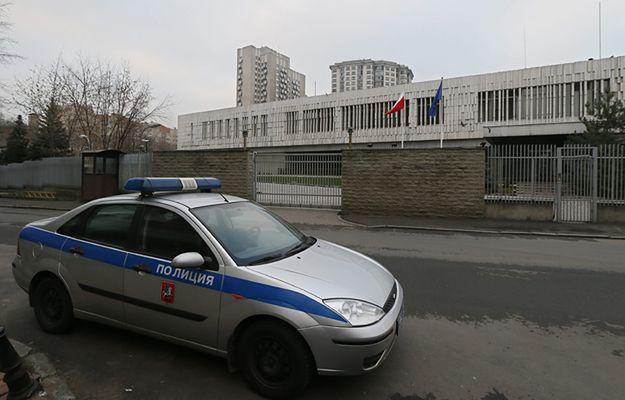 Radiowóz przed budynkiem polskiej ambasady w Moskwie