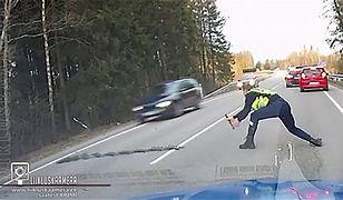 Policjant w Estonii zatrzymuje pirata drogowego kolczatką