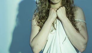 Kim jest kobieta, która rozebrała się przed współpracownikami? Psycholog podejrzewa u niej zaburzenia narcystyczne.