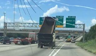 Ciężarówka z podniesioną naczepą na autostradzie