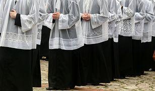 Księża w trakcie uroczystości religijnej