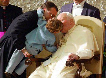 Jan Paweł II całuje dziecko podczas spotkania ze studentami