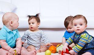 Czworo małych dzieci siedzi