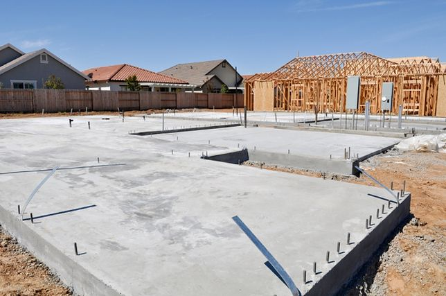 Płyta czy ława fundamentowa? Porównujemy koszty dla budujących dom
