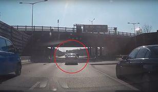 Kierowca mazdy celowo powoduje karambol. Wszystko rejestruje kamera
