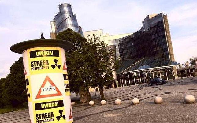 """""""Uwaga! Strefa propagandy"""". Wymowne plakaty przed siedzibą TVP"""