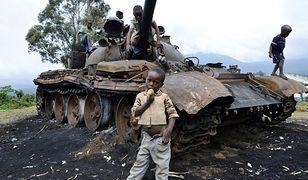 Dzieci bawią się przy zniszczonym czołgu rebeliantów M23