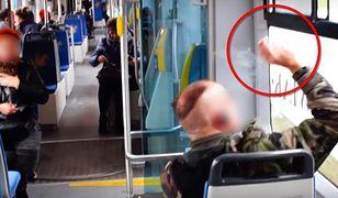 Palacz w tramwaju. Zakaz palenia potrafi doprowadzić do szału
