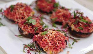 Kuchnia postna: pieczarki portobello z faszerowane buraczanym pęczakiem oraz bigos z rybą