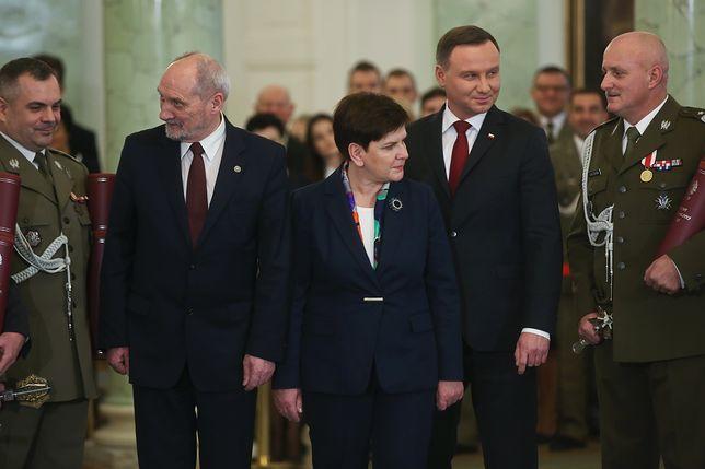 Antoni Macierewicz, Beata Szydło i Andrzej Duda podczas uroczystości wręczania nominacji generalskich w listopadzie 2016 r.
