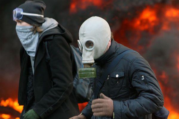 Protestujący w maskach podczas starć w Kijowie