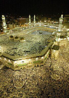 Miliony muzułman przybywają co roku do Mekki. Pielgrzymka - hadż - jest jednym z pięciu filarów islamu