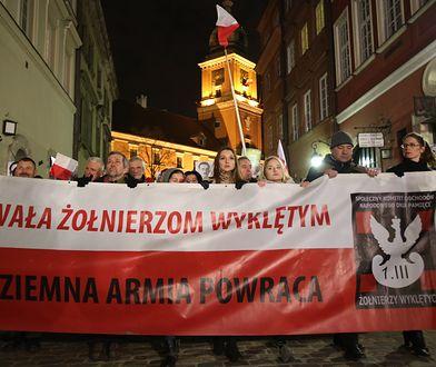 """Uczestnicy uroczystości przed Grobem Nieznanego Żołnierza, które 1 marca zakończyły oficjalne obchody Narodowego Dnia Pamięci """"Żołnierzy Wyklętych"""""""