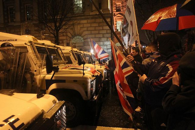 Nocne starcia z policją przez... flagę - zobacz zdjęcia
