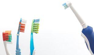 Jaką szczoteczkę do zębów wybrać: tradycyjną czy elektryczną?