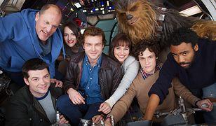 """Ekipa """"Solo: A Star Wars Story"""" na pierwszym oficjalnym zdjęciu"""