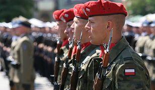 Mniej mundurowych przechodzi na emerytury. Liczą na Tuska