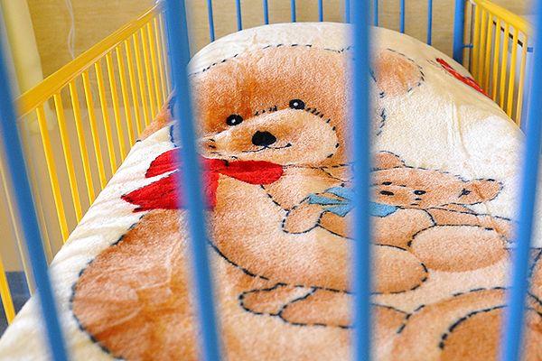 Siedmiomiesięczne niemowlę wpadło za wersalkę i udusiło się. Matka była pijana