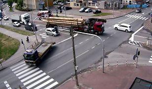 Auto osobowe staranowane przez ciężarówkę – nagranie z Zambrowa