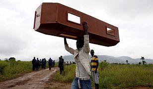 Mężczyzna niesie pustą trumnę w Sierra Leone