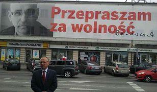 Jerzy Borowczak na tle swojego baneru - zdjęcia z profilu FB działacza Solidarności