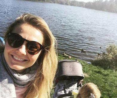 Małgorzata Socha na spacerze z córeczkami