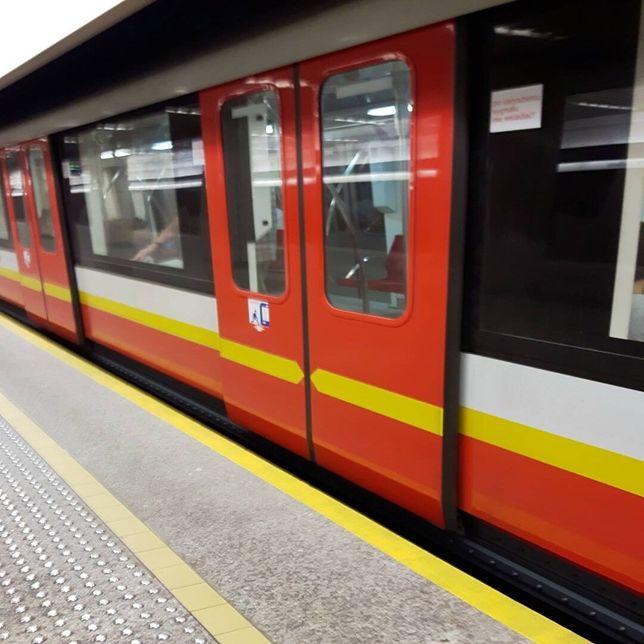 """Próba samobójcza w metrze. """"Osoba nadal leży pod pociągiem"""""""