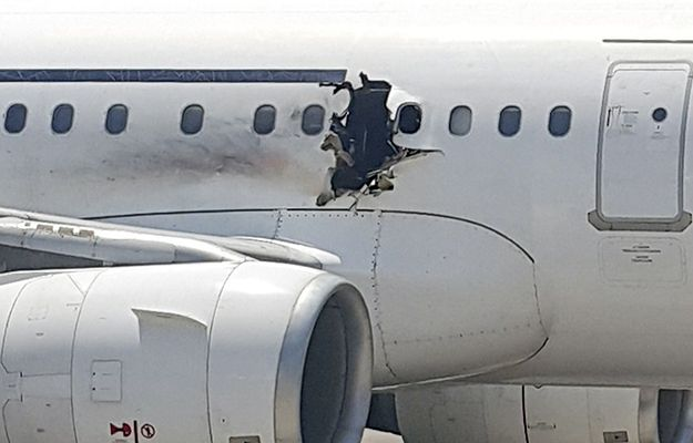 Uszkodzony kadłub samolotu Daallo Airlines.
