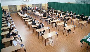 Maturzyści w trakcie egzaminu
