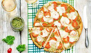 Ciasto drożdżowe z pesto z jarmużu, pomidorami i mozzarellą
